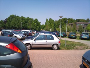 """Massaal """"foutparkeren"""" door volle parkeerplaatsen"""
