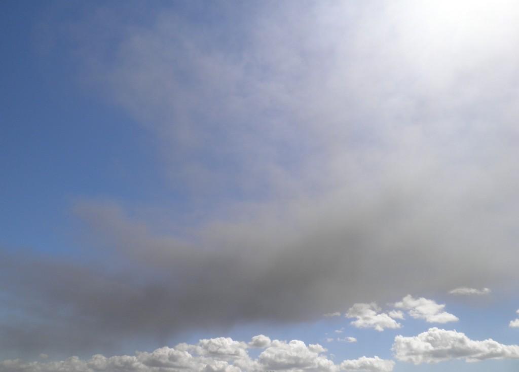 Foto van rook boven Oosterhout, afkomstig van brandende palletfabriek in Zevenbergen