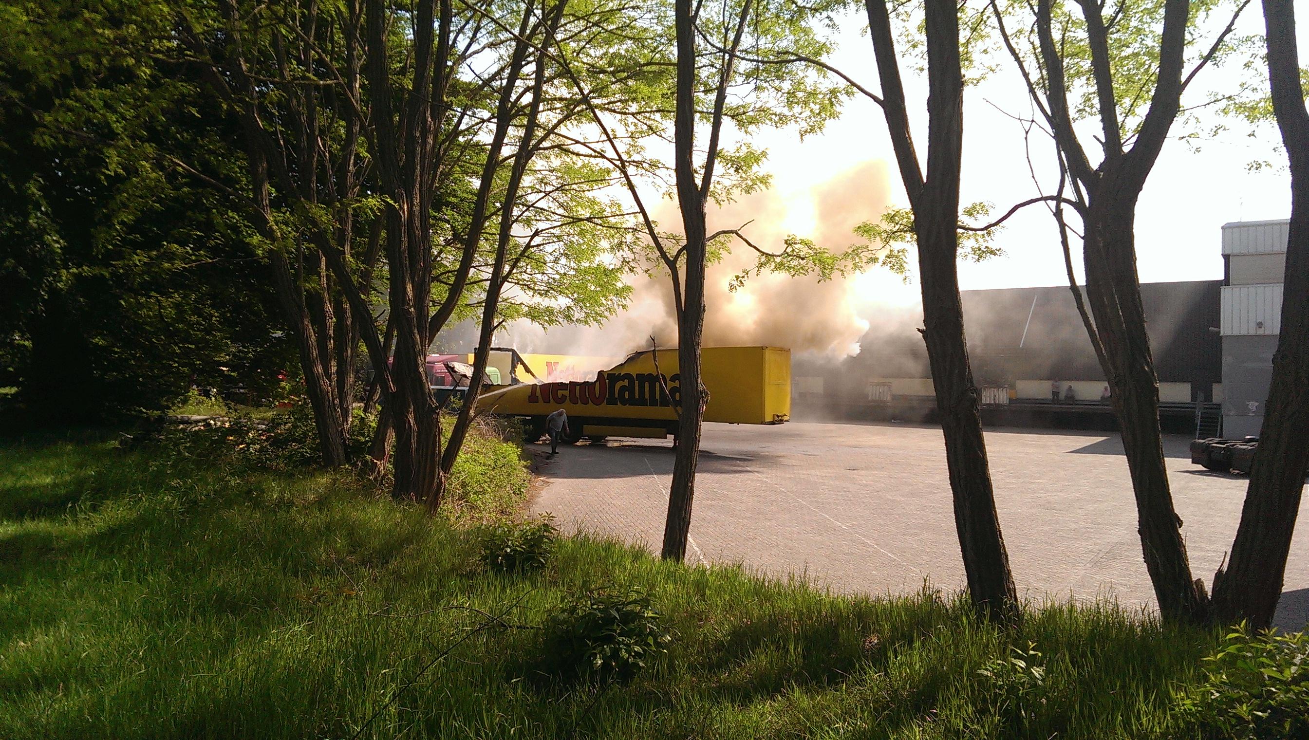 Nieuws: Brand legt oplegger Nettorama in de as bij distributiecentrum in Oosterhout
