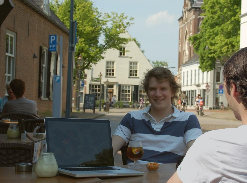 Ondernemer Max Sebes in gesprek met een potentiële klant