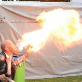 VIDEO: Fakir gaat los met vuur!