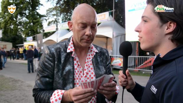 Vincent van Leth doet vingervlugge kaarttrucs.