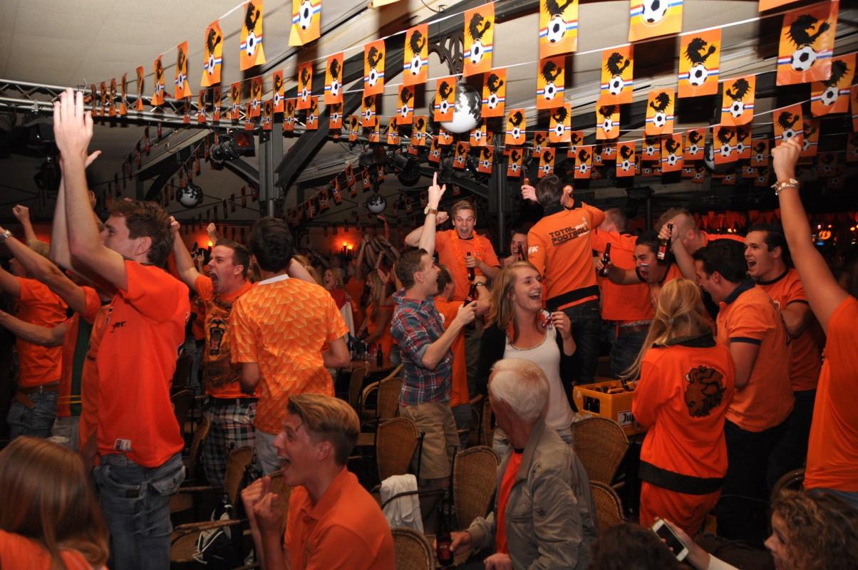 FOTO'S: Oosterhouters steunen massaal Nederlands elftal in Klappeijstraat