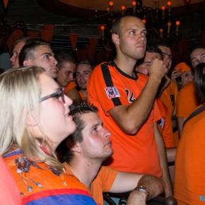 FOTO'S: Gespannen en verbijsterd kijken naar de wedstrijd