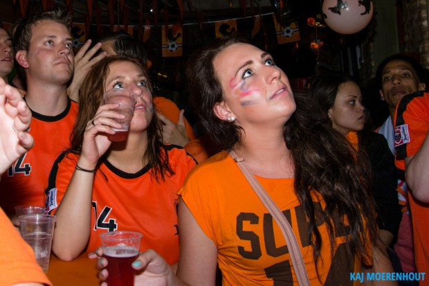 Gespannen gezichten in de Klappeijstraat. ©Kaj Moerenhout