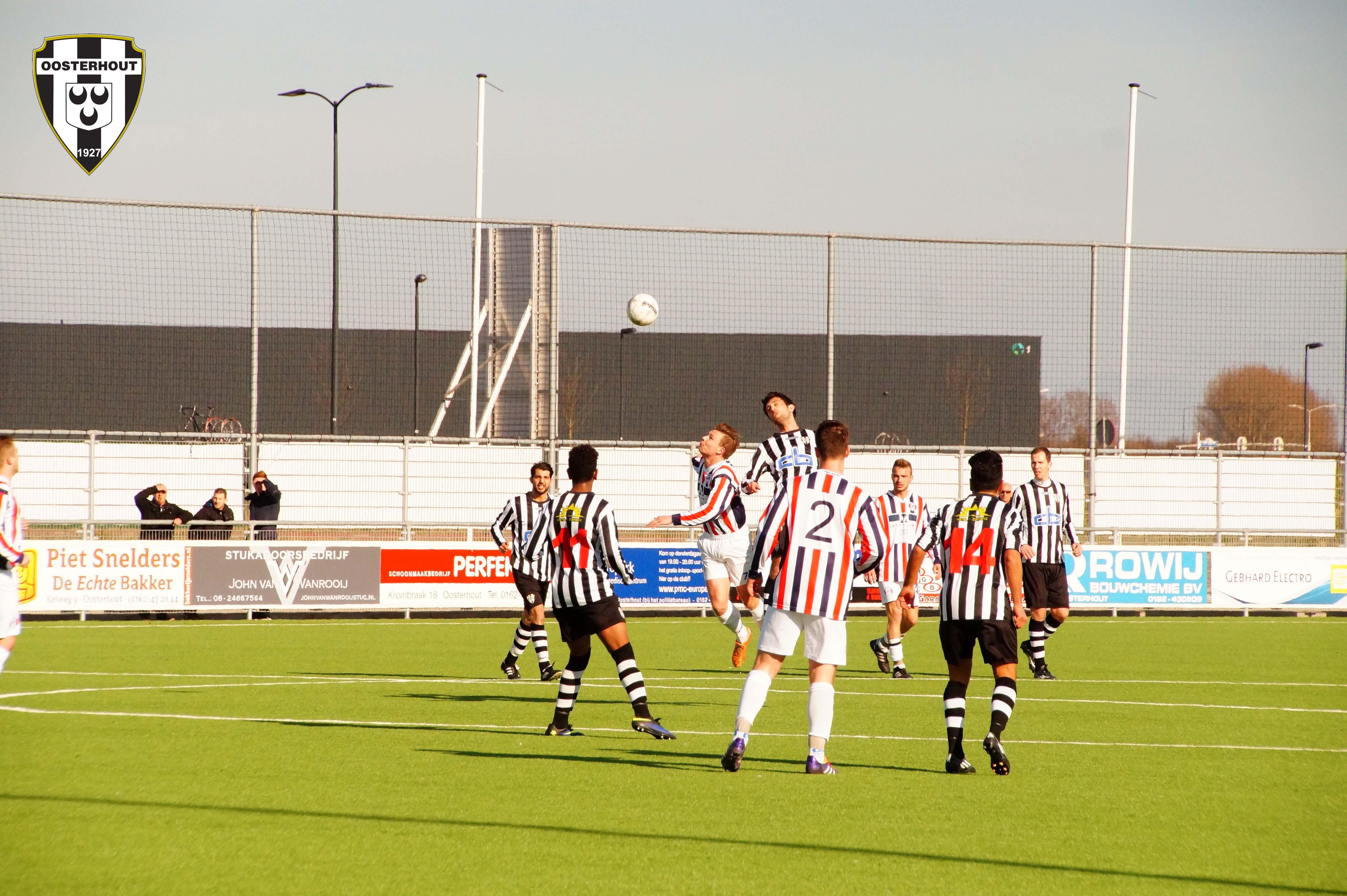 [SPORT] VV Oosterhout pakt punt tegen titelkandidaat in blessuretijd