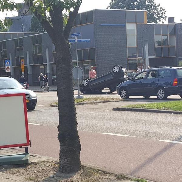 [NIEUWS] Auto op zijn op kop na botsing met boom