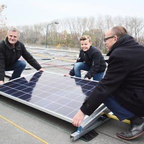 [NIEUWS] Eerste zonnepaneel gelegd op gemeentewerf!