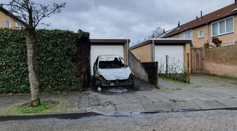 Uitgebrande auto Stevinstraat