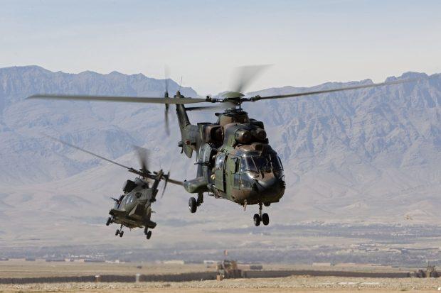 Foto: Afghanistan, Secretaris-Generaal NATO J. de Hoop-Scheffer, Tarin Kowt, Kamp Holland, Uruzgan. 24 februari 2007. Het bezoek arriveert in de Cougars van de Koninklijke Luchtmacht. (bron: defensie.nl)