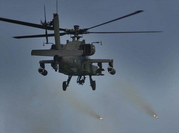 Bergen, Duitsland: 01SEP2002 ©Foto: Hennie Keeris Tijdens de schietseries in Duitsland kwam ook de Apache D gevechtshelikopter in actie. op baan 7c werd het boordkanon gebruikt en werden raketten afgevuurd. De Hellfire moest het doen met simulatie. (bron: defensie.nl)