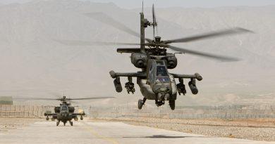 Afghanistan, Tarin Kowt, Kamp Holland. 27 maart 2007 Apaches van de Koninklijke Luchtmacht zijn gestationeerd op Kamp Holland. Foto: Vanaf het heliplatform op Kamp Holland, Tarin Kowt start een duo van Apaches aan hun missie, bijna volledig volgehangen met munitie. (bron: defensie.nl)
