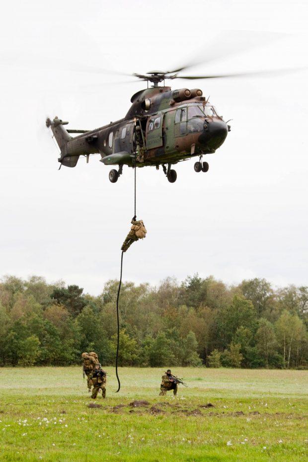 Cougar tijdens fast rope actie (bron: defensie.nl)