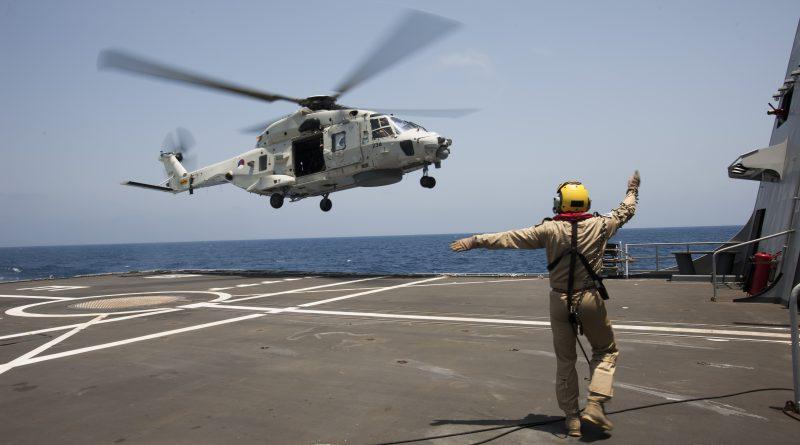 Golf van Aden, 2 mei 2014.NH90 traint op zee vanaf de Zr Mr Evertsen tijdens de missie Ocean Shield. (bron: defensie.nl)